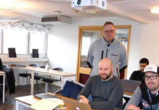 Bild på rektor och eleveri klassrum